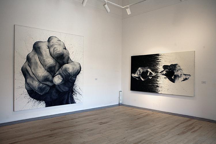 Paolo Troilo, senza titolo e opera 54, entrambi acrilici su tela dipinti con le dita, da collezioni private, Foto: Fabio Sgroi