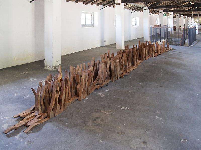 Federico Guerri, Una sola moltitudine, 2015, legno, dimensioni e composizione variabili Courtesy Galleria L'Affiche, Milano Foto Andrea Repetto