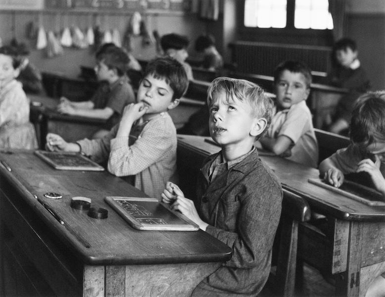 Robert Doisneau, L'informazione scolastica, Parigi 1956 © Atelier Robert Doisneau