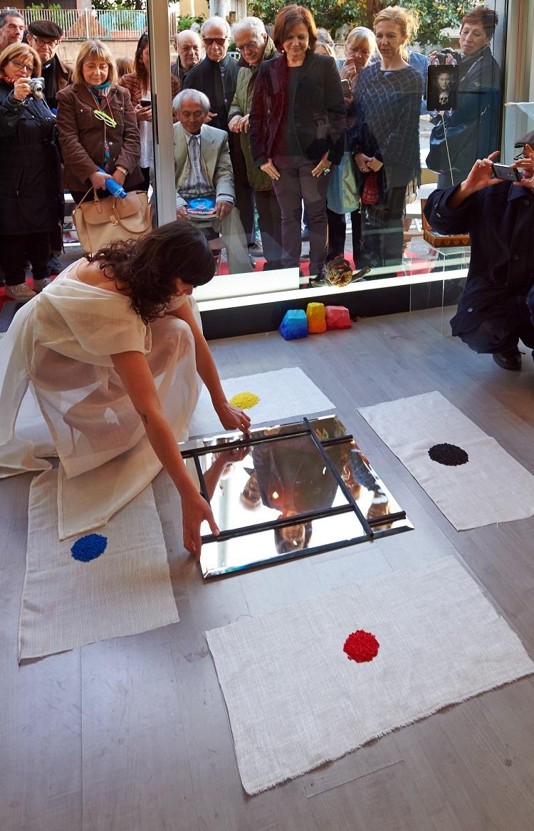 Isabella Falbo nel lavoro di Mondrian Fun Club (David Medalla – Adam Nankervis), London Biennale, Roma, Studio Ra, maggio 2016. Ph. FABER