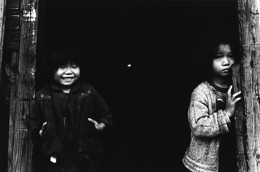 Domon Ken, Sorelline orfane, Rumiechan e Sayurichan, dalla serie Chikuhō no kodomotachi 1959, 1959, 535×748, Ken Domon Museum of Photography