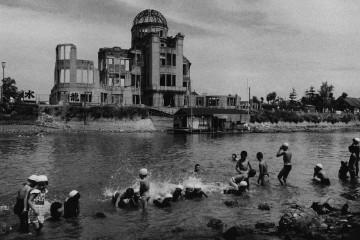 Domon Ken, Bagno presso il fiume davanti al Hiroshima Dome, dalla serie Hiroshima, 1957, 535×748, Ken Domon Museum of Photography