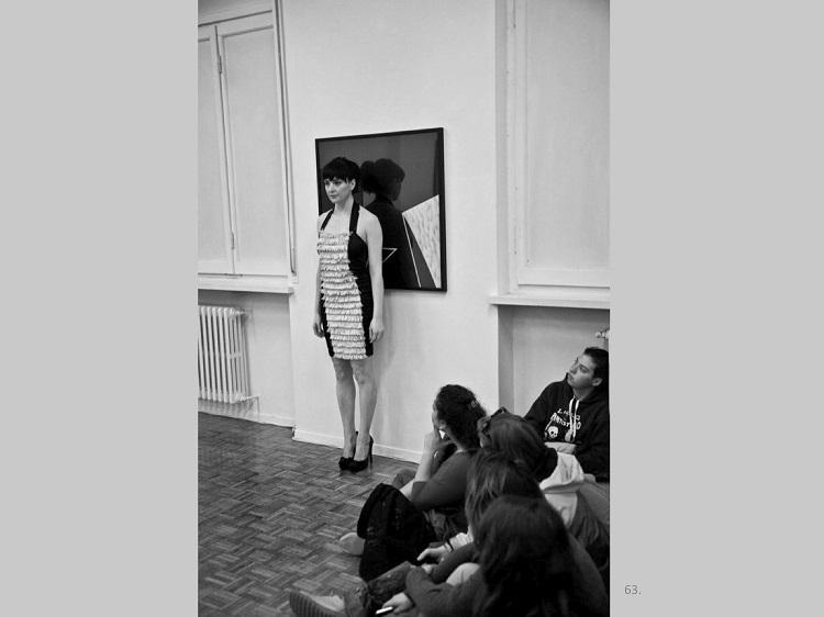 """. """"Vinylic skin"""", Isabella Falbo nel lavoro di Sergio Dagradi Skin Preview, nell'ambito di Let's body talk, Cremona, rassegna internazionale d'arte performativa, 2013. Ph. N. Zanolini"""