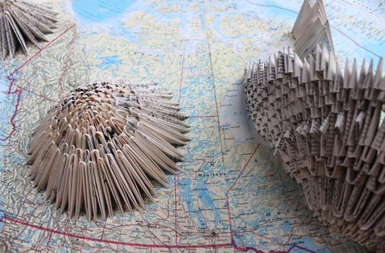Amanda Chiarucci, Utopie, Blocchi di ghiaccio, Studio di mappe e luoghi sconosciuti, 2015, pagine atlanti, origami golden venture, teca, cm. 63x48x15,5