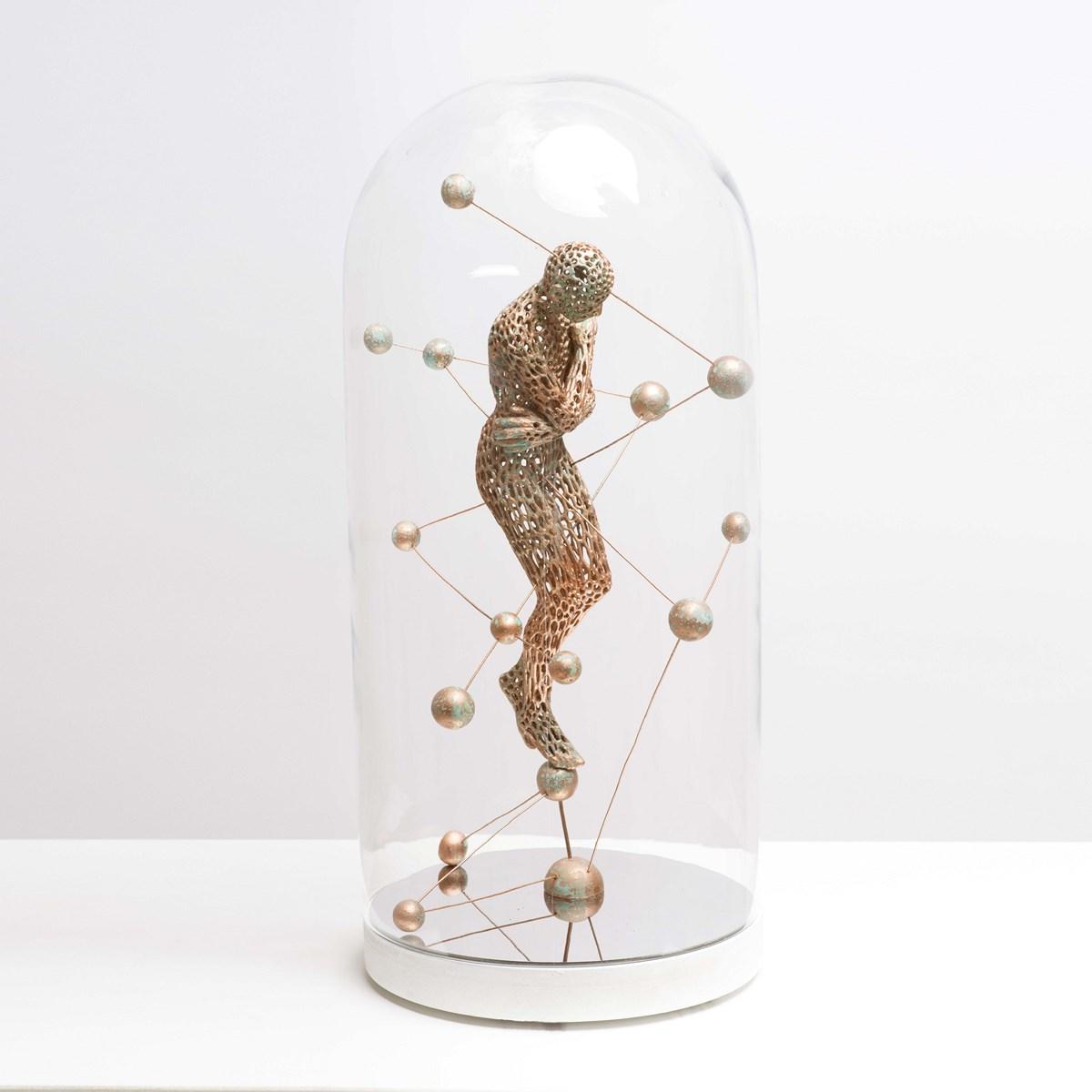 Bonzanos Art Group, Riflettendo il cosmo, 2016, scultura su lastra specchiante in teca di vetro, cm. 44x19,5x19,5