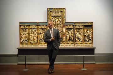 Sylvain Bellenger con Manifattura di Nottingham, polittico con scene della Passione, Napoli, Galleria Nazionale di Capodimonte. Foto: Alessio Cuccaro