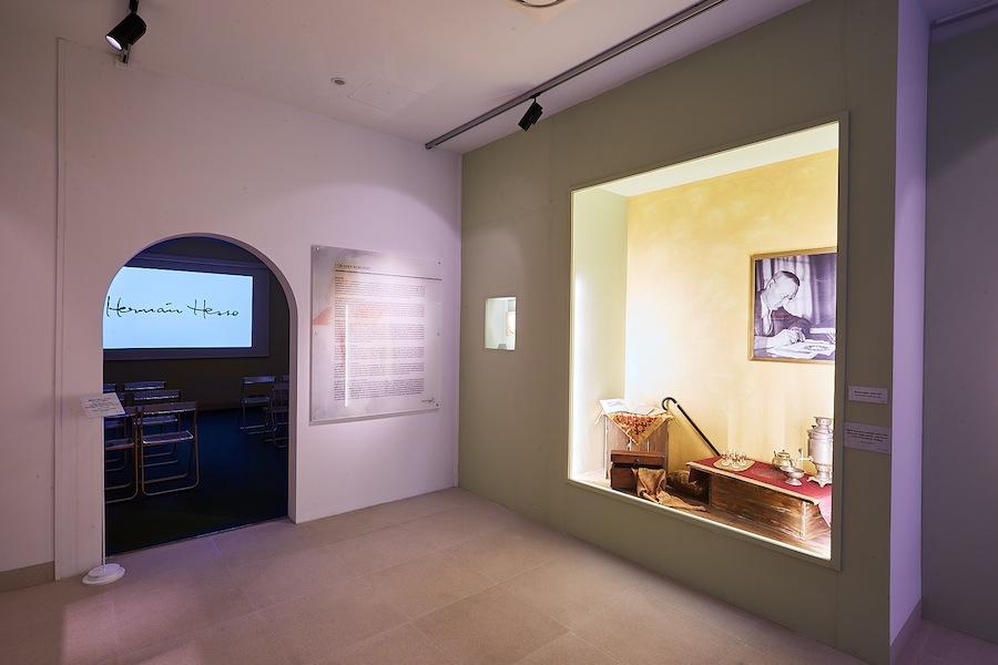 Sala video e teca con oggetti appartenuti a Hermann Hesse Foto Fondazione Hermann Geiger