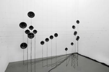 Roberto Pugliese Aritmetiche architetture sonore, 2016 Installazione site specific, spea- ker, cavi audio, cavi in metallo, computer, composizione audio Dimensioni ambientali
