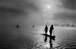 AMAZONIA & PANTANAL In the Upper Xingu region of Brazil's Mato rosso state, a group of Waura fish in the Piulaga Lake near their village. The Upper Xingu Basin is home to an ethnically diverse opulation. Brazil. 2005. ©Sebastião Salgado. Amazonas Images.