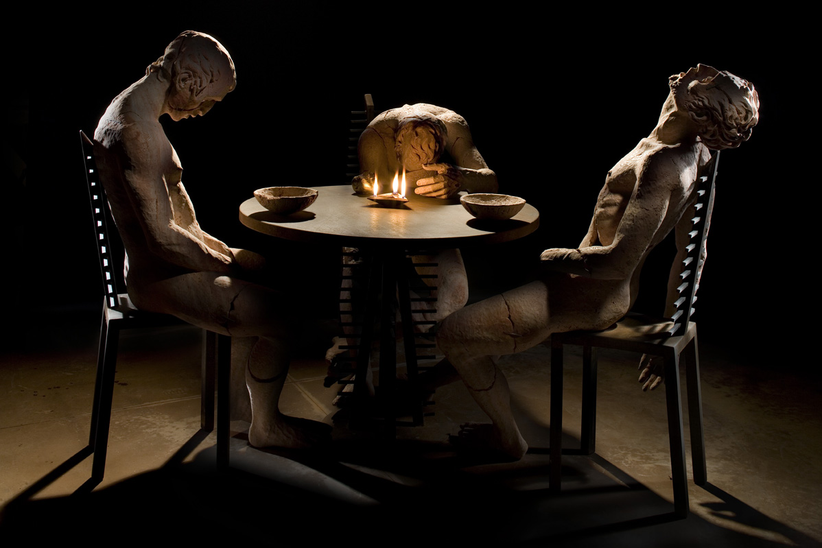 Christian Zucconi, Cena in Emmaus, Travertino persiano, bronzo dorato e ferro, cm 250 x 250 x 160, 2010. Courtesy Costantini Art Gallery, Milano