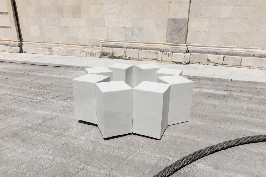 Remo Salvadori, Non si volta chi a stella è fisso2016, Statuario 215x215x72 cm Piazza Duomo, Carrara. Foto: Agostino Osio, Milano