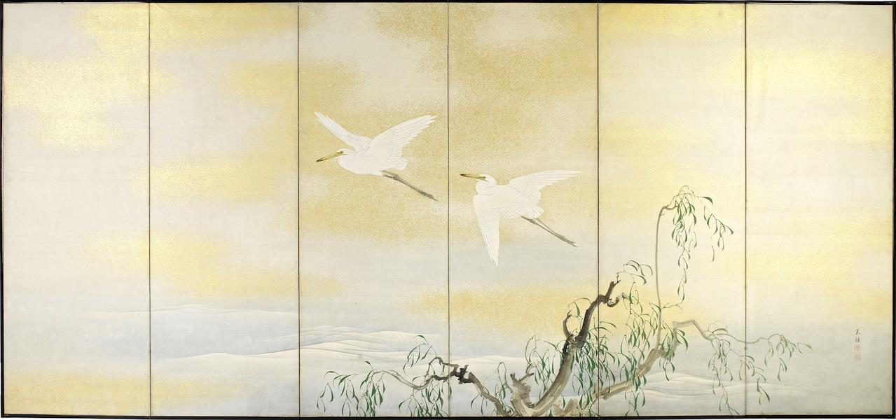 Nishiyama Kan'Ei (1834-1897) (firmato), Paravento giapponese a sei ante raffigurante due egrette in volo sopra un salice stante sulla riva di un lago, tardo periodo Edo (1615-1867) inizio Meiji (1868-1912), pigmenti minerali e vegetali, inchiostro e oro su seta (Kirikaku), 175 x 378 cm Courtesy Paraventi Giapponesi – Galleria Nobili, Milano