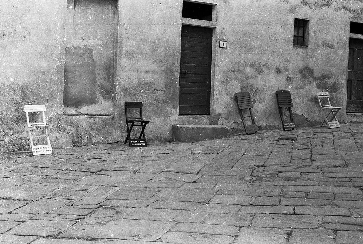 Gruppo di Piombino (Salvatore Falci, Pino Modica, Stefano Fontana), Sosta 15 minuti, Populonia, 1983. Courtesy Archivio Stefano Fontana.