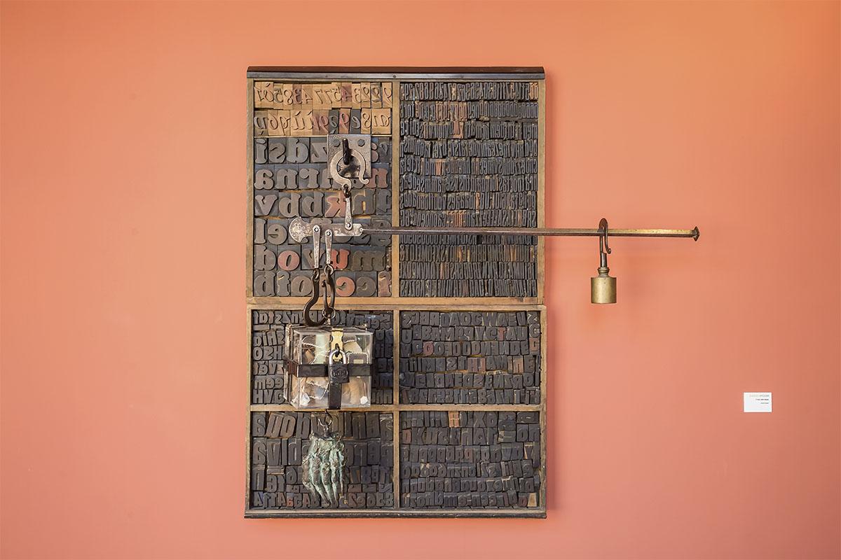 Veduta della mostra Daniel Spoerri. Una dura scelta. Foto: Alessandro Paolini, Studio G7, Carrara