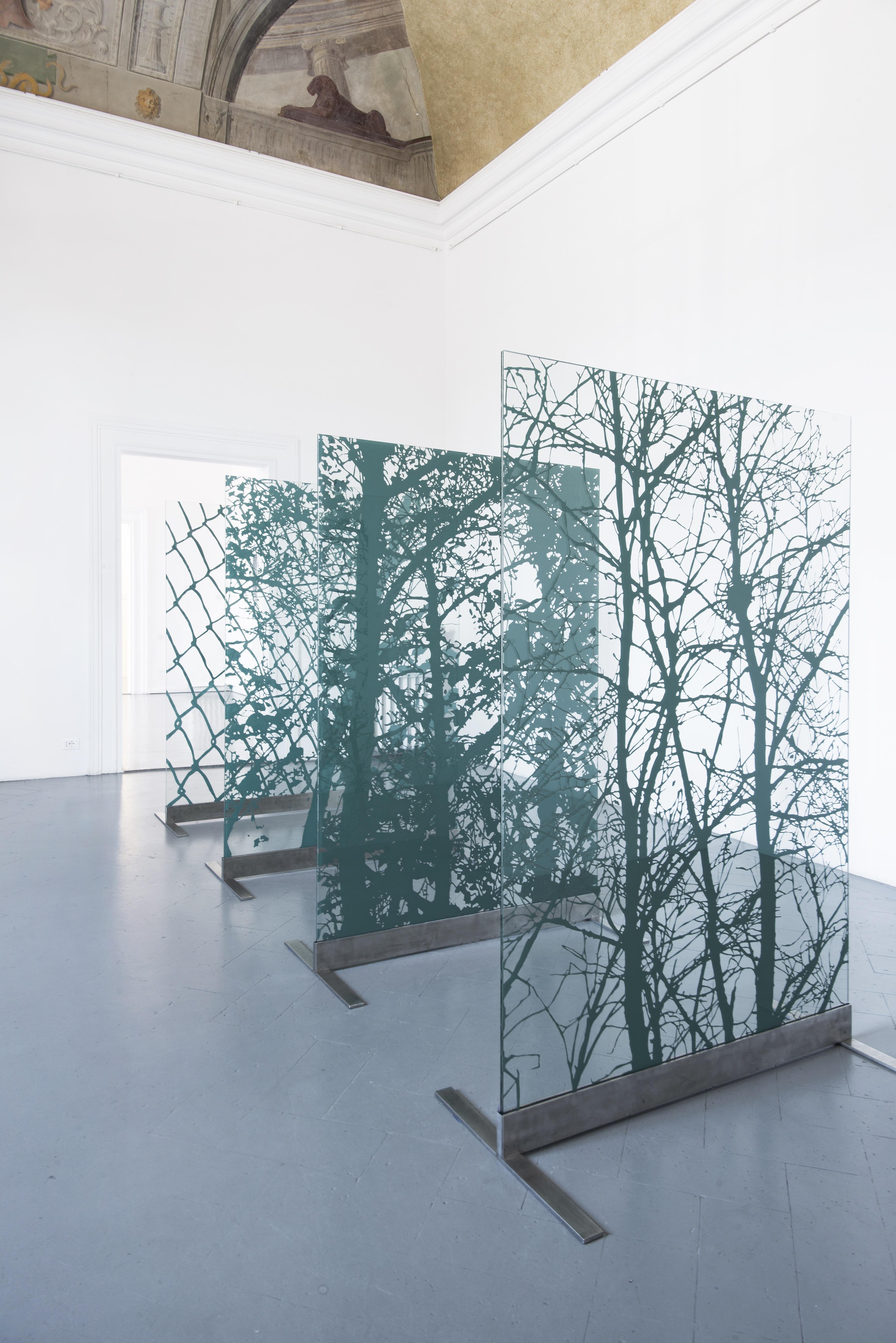 La Forma della Città, veduta della mostra. Luca Pancrazzi Vedere, 2011 4 specchi elaborati e basi in acciaio 180x120 cm (cad9)