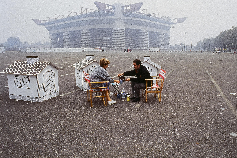 Marco Vaglieri, Operazioni necessarie alla circolazione accelerata di ossigeno, Milano, 1995. Azione seriale proposta in diversi luoghi di Milano. Courtesy dell'artista.