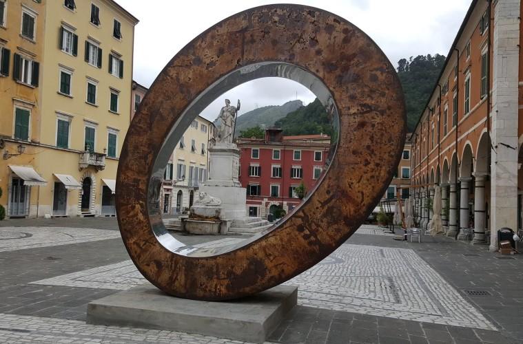 Prasto, Monstrum, 2011, installata in Piazza Alberica in occasione di Carrara Marble weeks 2016. Foto: Fabio Frenk Franchini