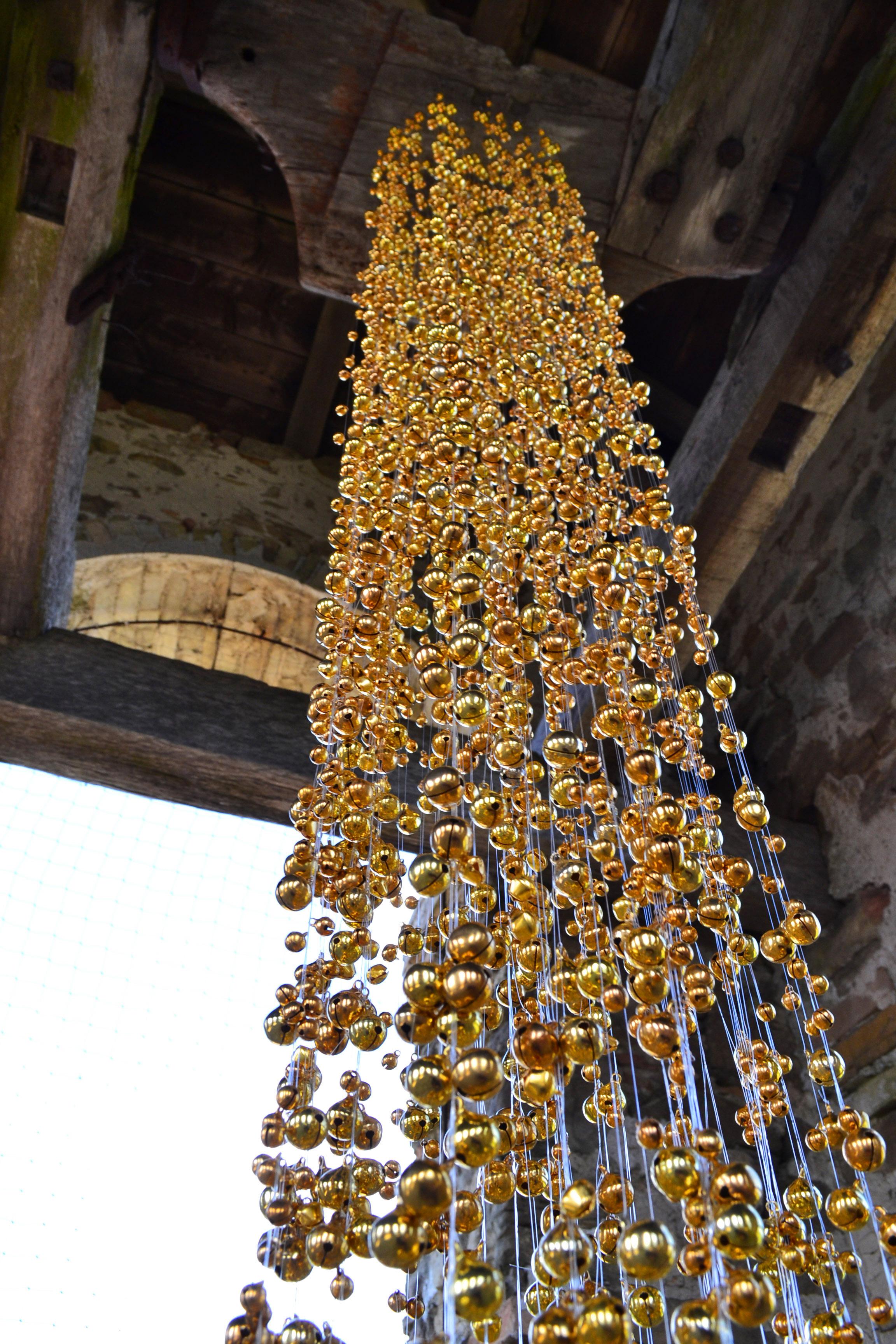 Tamara Ferioli, COLONNA SONORA quattordicigiugnoduemilasedici 2016 3300 campanellini e 400 metri di filo su legno , site specific