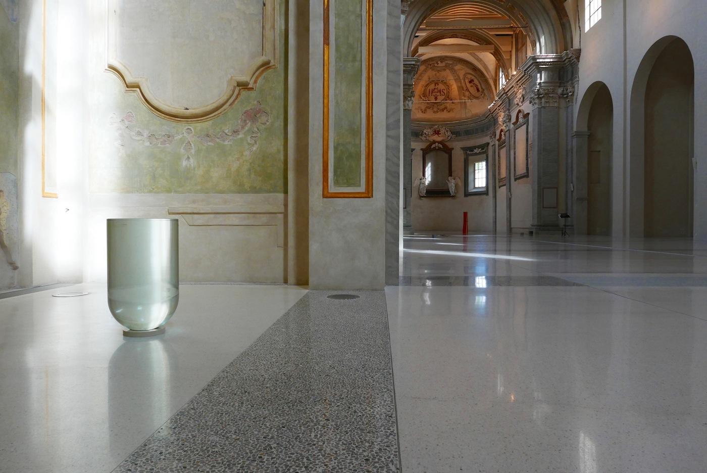 Lente liquida 1996-1998 , acqua, vetro, sughero, cm 70 x 41,5 ∅ Courtesy Christian Stein, Milano. © Luca Massari
