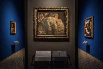 Il nuovo allestimento della Pinacoteca di Brera: Cristo morto nel sepolcro e tre dolenti, Andrea Mantegna, Sala 6 © James O'Mara