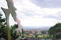 Fondazione La Verde La Malfa, Archivio Grandi Giardini Italiani.  In primo piano: Elena La Verde, L'altalena, ferro, 2005. Foto: Enzo Gabriele Leanza