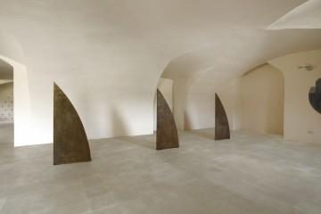Mauro Staccioli, Scultura '93, 1993, ferro, 3 elementi 142x60x25 cm ciascuno, Villa Pisani Bonetti, Bagnolo di Lonigo 2016 Courtesy Associazione Culturale Villa Pisani Contemporary Art Foto Bruno Bani, Milano