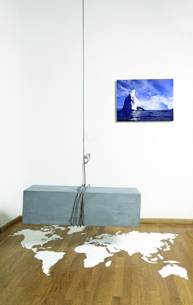 Inés Fontenla, Costruire Distruggendo, 2016, sale, cavo d'acciaio, cemento, foto sotto perspex e coltello, dimensioni variabili