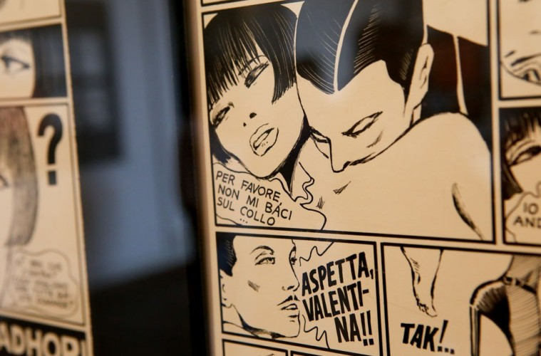 """Veduta della mostra """"Fumetto italiano. Cinquant'anni di romanzi disegnati"""", sede Castello Pasquini di Castiglioncello. In primo piano tavola di Guido Crepax, Valentina nel metrò, 1975"""