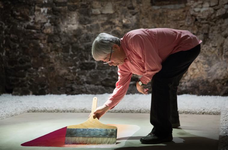 Lee Ufan, Topos (Excavated), 2016, cemento, carboncino, colori acrilici, spezzatura di marmo di Carrara (dim. 1,5/2,00 cm). Foto: Alessandro Moggi