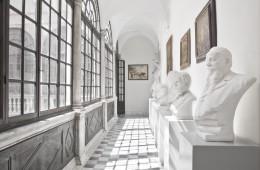 Accademia di Belle Arti di Carrara, corridoio busti uomini illustri