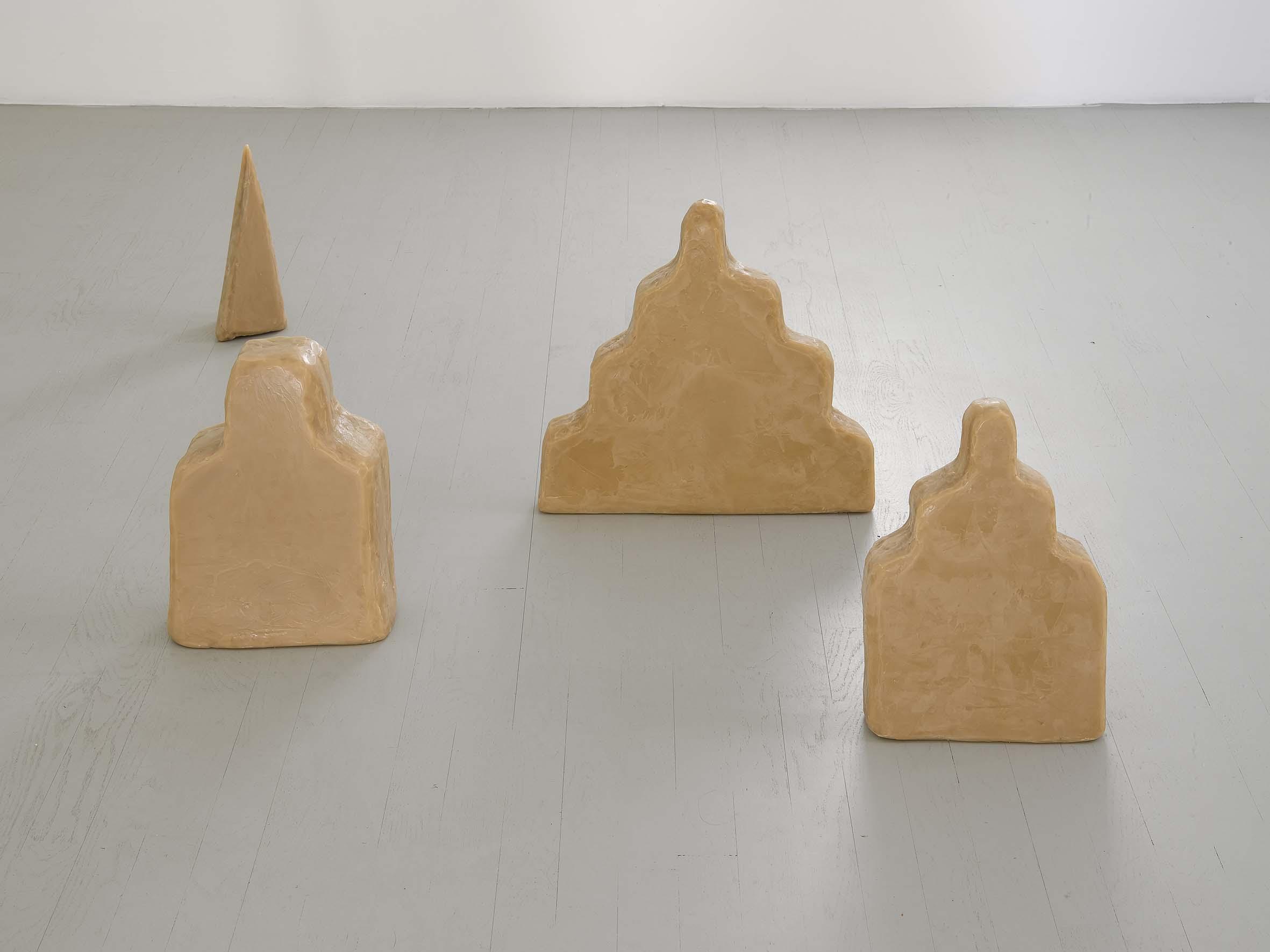 """Wolfgang Laib, """"Zikkurat"""" e """"Untitled"""" (cono), veduta dell'allestimento, courtesy Galleria Alfonso Artiaco, Napoli"""