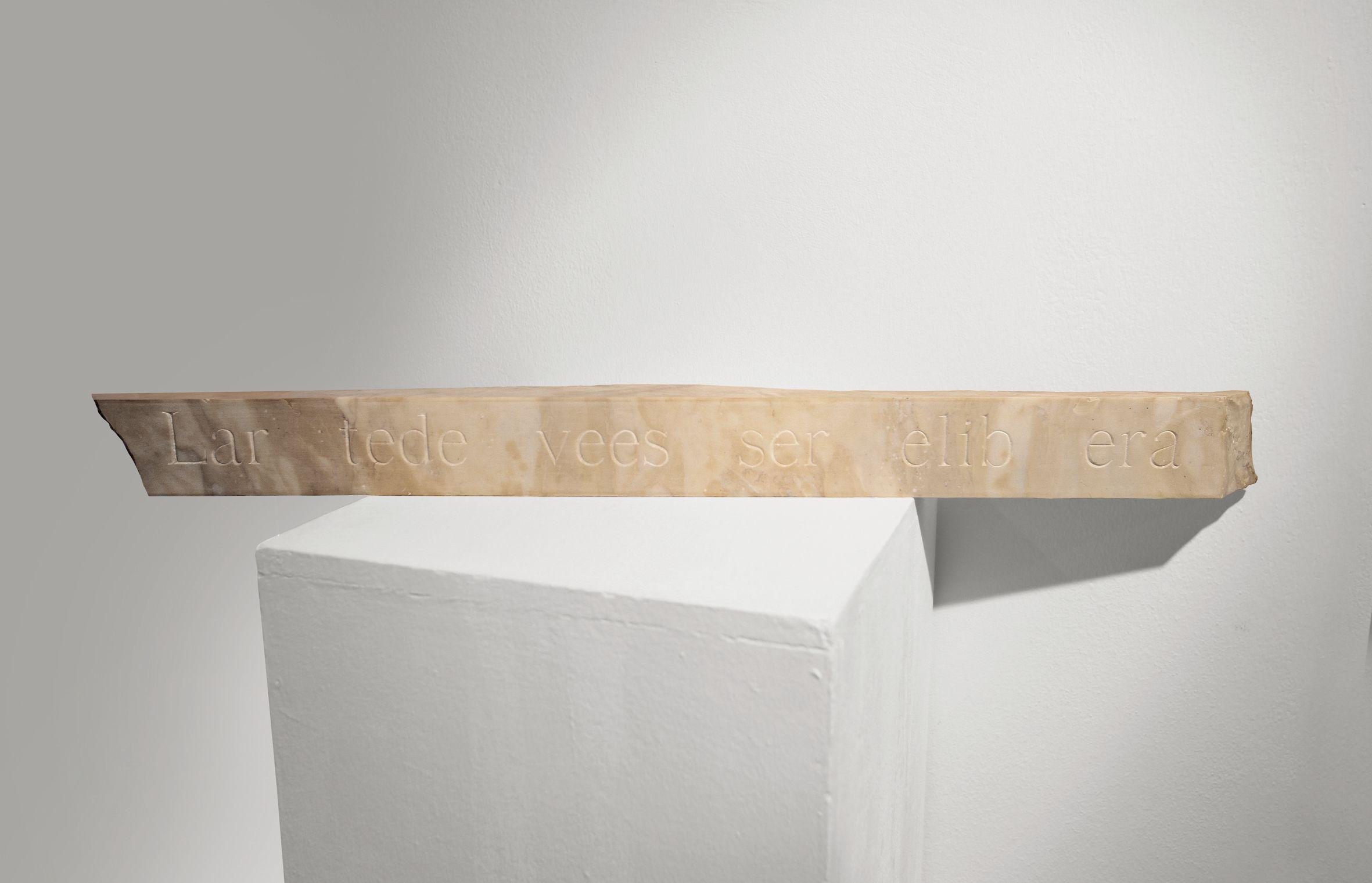 Alfredo Rapetti Mogol, L'arte dev'essere libera, 2015, incisione su marmo, cm 8x95x7