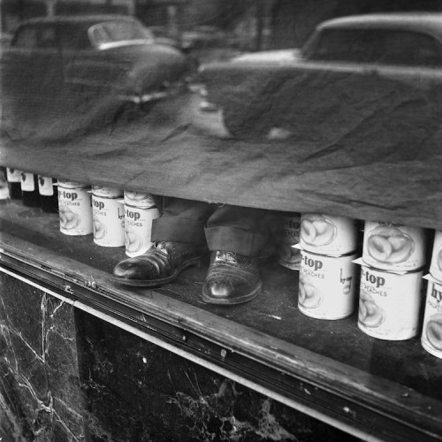 Vivian Maier, Location unknown, January, 1956, 40x50 cm © Vivian Maier/Maloof Collection, Courtesy Howard Greenberg Gallery, New York