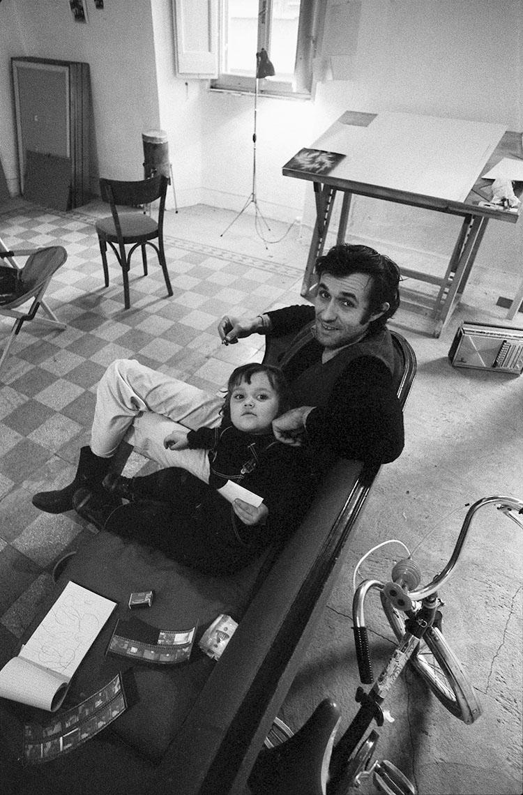 Agata e Alighiero Boetti nello studio a Trastevere, 1974. Foto: Antonia Mulas