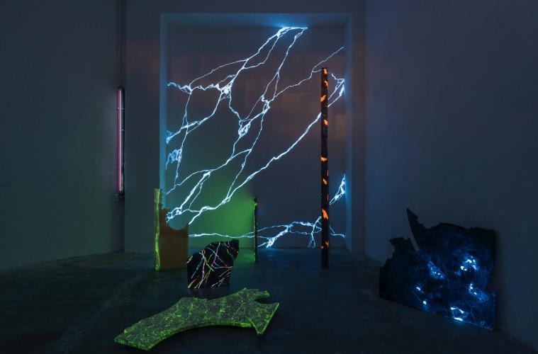Yari Miele, Blue Night Marble, MARS Milano, veduta installazione, luce di Wood