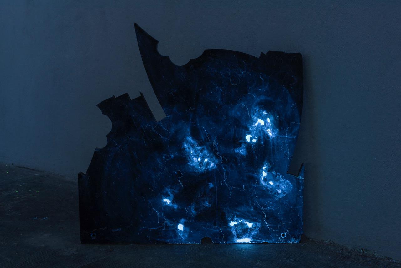 Yari Miele, Blue Night Marble, MARS Milano, dettaglio, marmo nero, luce di Wood