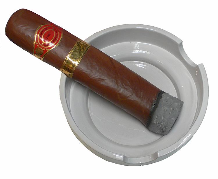 Ouì, je fume - scultura composta da portacenere eseguito al tornio e smaltato diam. cm 60 e sigaro in terracotta smaltata e decorata a terzo fuoco in oro - lunghezza cm 68 circa - 2007