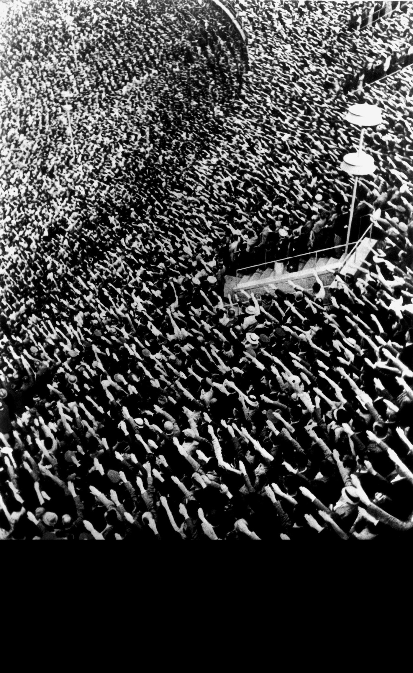 """Hanno una idea / Sie haben alle die gleiche Idee da """"Manipolazione di Cultura / Manipolation der Kultur"""" 1975 reperti fotografici e acrilico su tela (cm. 160x100) Courtesy Estate Fabio Mauri; Hauser & Wirth"""