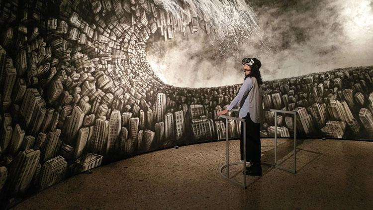 Fabio Giampietro, Hyperplanes of simultaneity, 2016, progetto multimediale. Fruitore mentre prova l'esperienza di Inside Painting attraverso l'utilizzo dell'Oculus VR. Courtesy: Fabbrica Eos