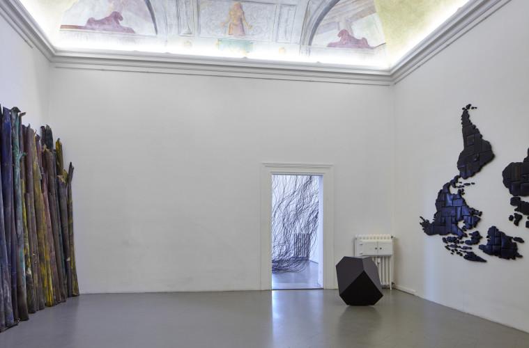 Veduta della mostra Tensioni strutturali #2. Marzia Corinne Rossi, Davide Dormino, Diamante Faraldo. Courtesy of Eduardo Secci Contemporary