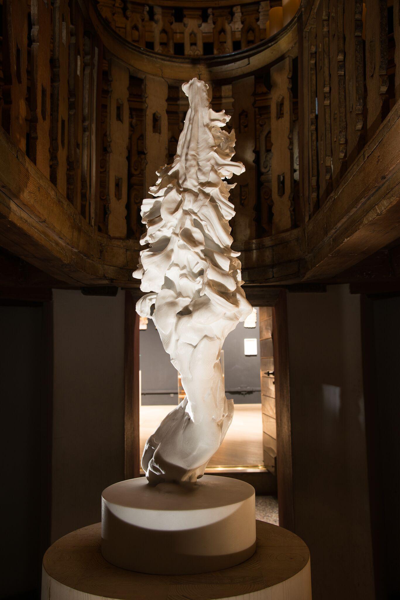 Nicola Samorì, Lucy, 2016, Marmo bianco puro di Carrara, frammento lunare, cm 90 x 35 x 30. Veduta dell'installazione a Palazzo Bo, Padova. Foto: Rolando Paolo Guerzoni
