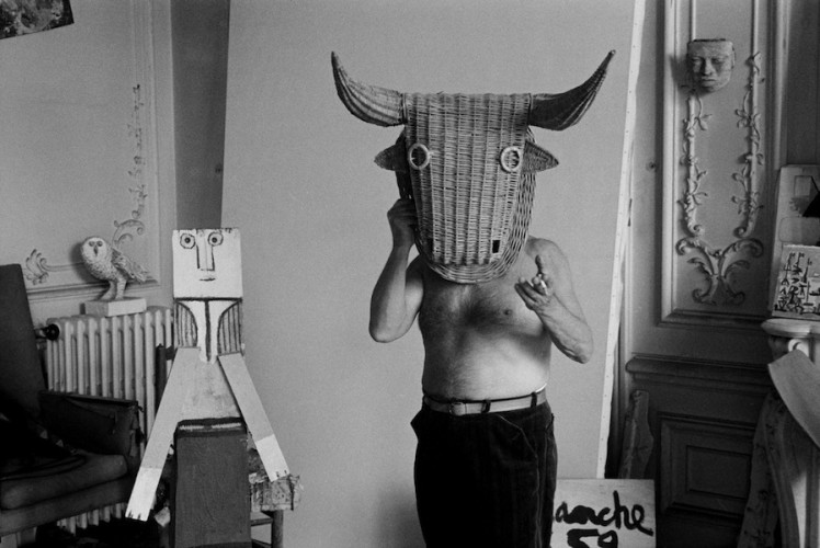 Edward Quinn, Picasso with bullfight mask, Villa La Californie, Cannes 1959, 2016, stampa ai sali d'argento, 96x127 cm Courtesy Suite 59 Gallery Amsterdam Foto Edward Quinn