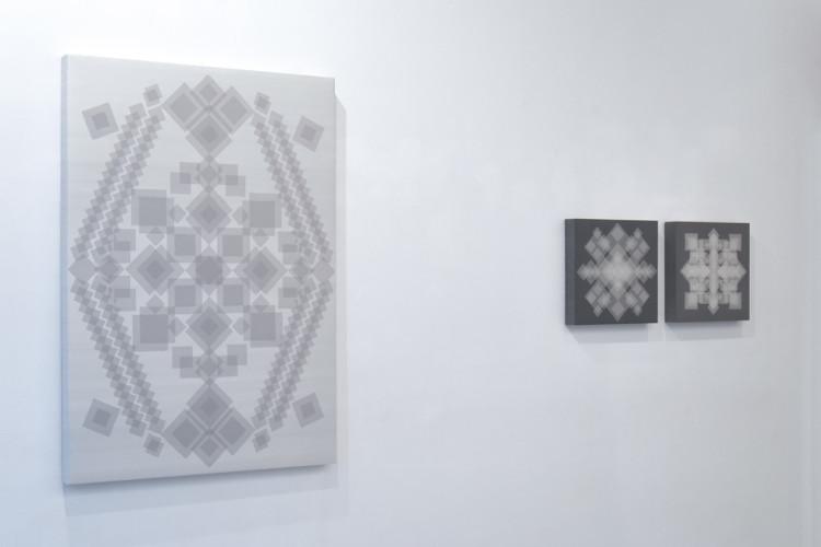 Da sinistra a destra: Manuela Toselli, Morbide geometrie accompagnano le linee rigide del mio pensiero #26, 2017, seta shantung e organza di seta, 145x100.5 cm; Morbide geometrie accompagnano le linee rigide del mio pensiero #23, 2017, cotone e organza di seta, 45x45 cm; Morbide geometrie accompagnano le linee rigide del mio pensiero #16, 2016, cotone e organza di seta, 45x45 cm