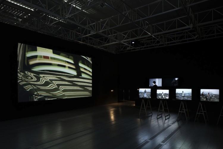 Lavoro in movimento. Lo sguardo della videocamera sul comportamento sociale ed economico, veduta della mostra (Kazma e Hugo), Mast Gallery, Bologna
