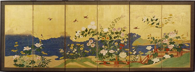 Shushin (firmato), Paravento giapponese a sei ante (uno di una coppia) raffigurante diversi fiori autunnali tra cui differenti varietà di crisantemi (kiku), trifogli da fiore (hagi), alcuni esemplari di lespedeza, campanule (kikyo), miscanto (susuki) ed una staccionata rossa lungo un corso d'acqua, Scuola Kanō, Periodo Edo (1615-1867), inizio XIX secolo, inchiostro e pigmenti minerali e vegetali su carta con foglia oro (kinpaku), 101x282 cm Courtesy Paraventi Giapponesi - Galleria Nobili, Milano