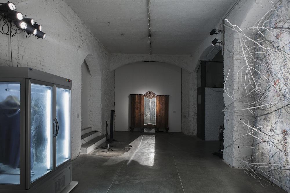 Manuel Felisi, Tempo immobile, 2017, installazione, Fabbrica Eos, Milano. Foto di Viola Tofani