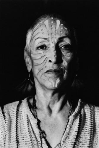 Meret Oppenheim, Porträt mit Tätowierung (Ritratto con tatuaggio), 1980, fotografia con intervento a pochoir, 29.5x21 cm, Collezione privata
