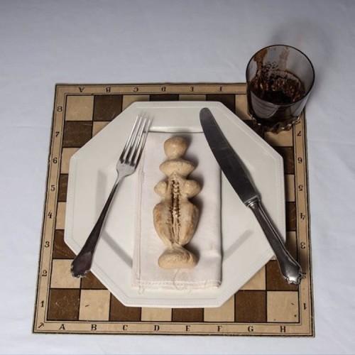 Meret Oppenheim, Bon Appetit, Marcel (La regina bianca), 1966, materiali vari, 32x32x10 cm, Collezione privata