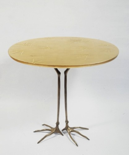 Meret Oppenheim, Tisch mit Vogelfüssen (Tavolo con zampe d'uccello), 1939/1982, piano: legno intagliato e dorato; piedi: bronzo, 62.5x67.3x52.5 cm, Collezione privata