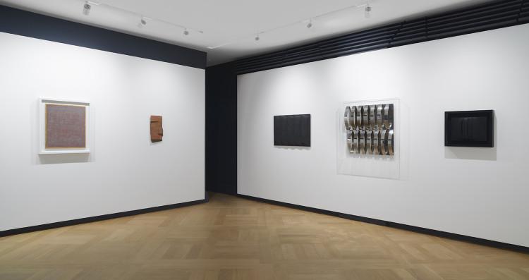 Galleria Mazzoleni, Londra. Opere di Dorazio, Uncini, Castellani, Colombo e Bonalumi